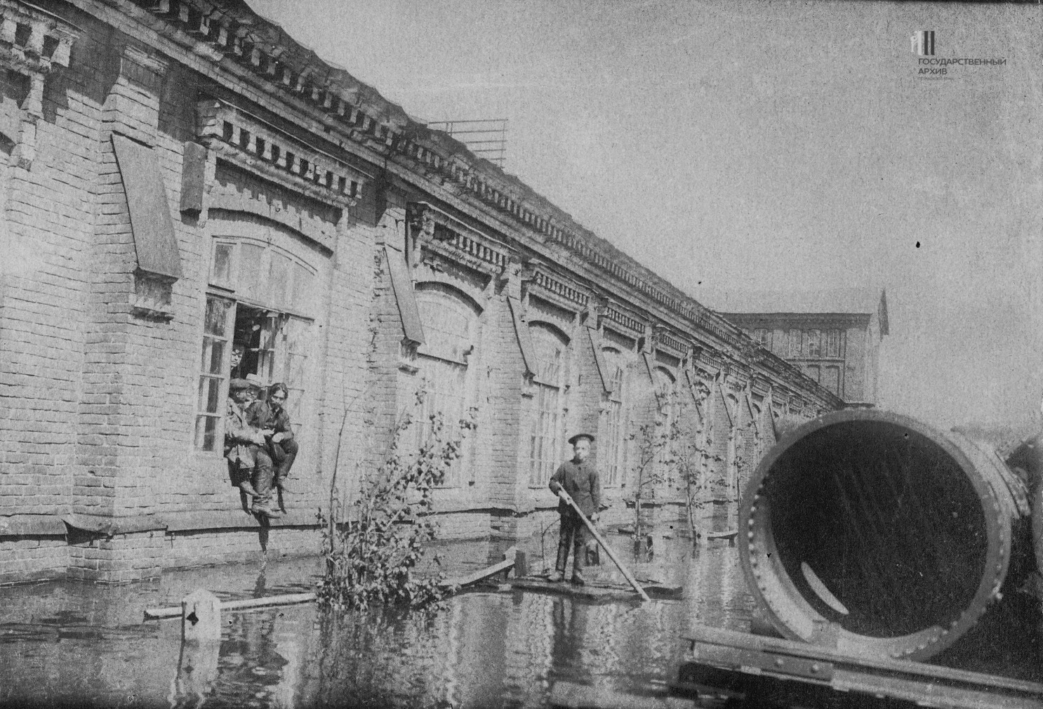 Здание ремонтно-механического цеха Мотовилихинских заводов во время наводнения 1914 года