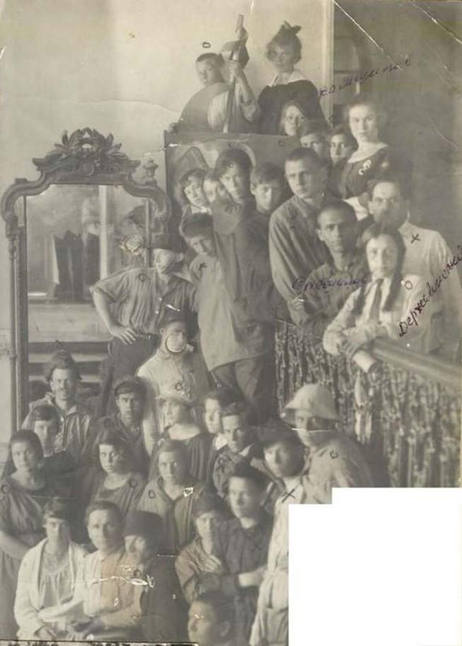 1925. Учащиеся младшего курса ПХТ 1 мая со знаменем