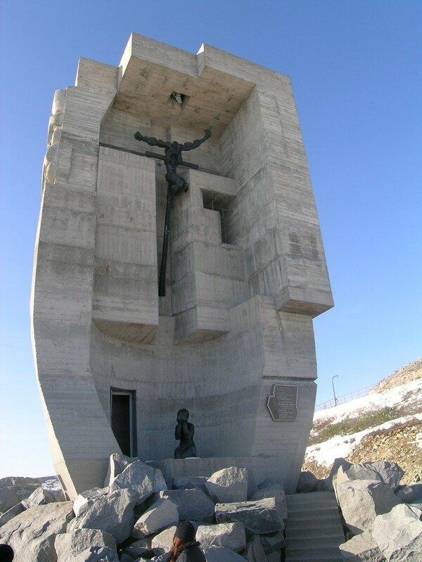 Маска скорби. склон сопки Крутой, Магадан, 1996. Э.Неизвестный(1024)