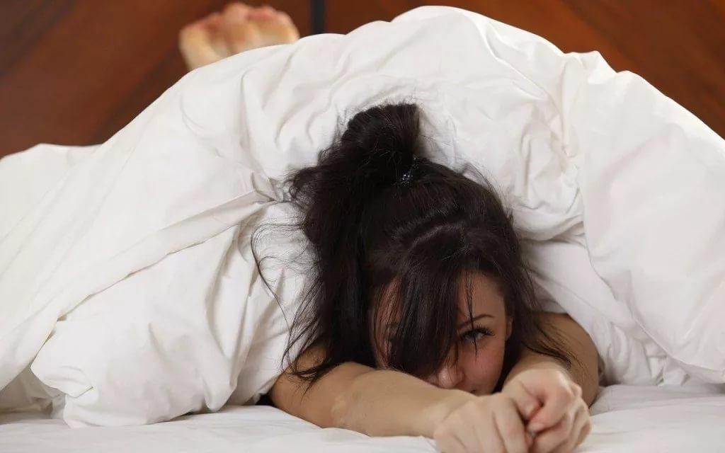 Девушка в кровати под одеялом фото