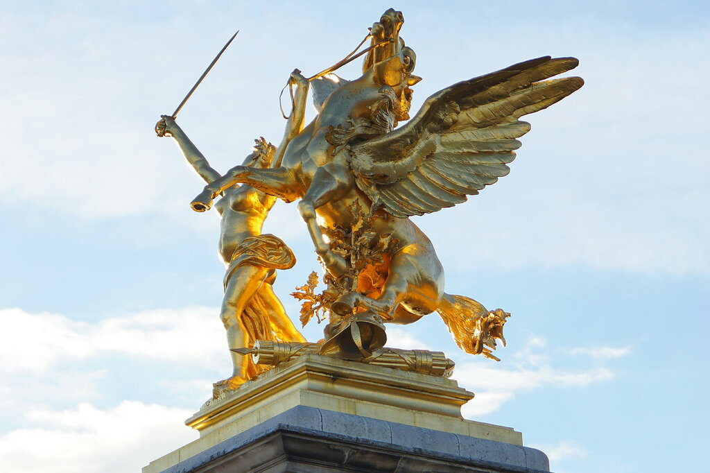 На колонне моста Александра III