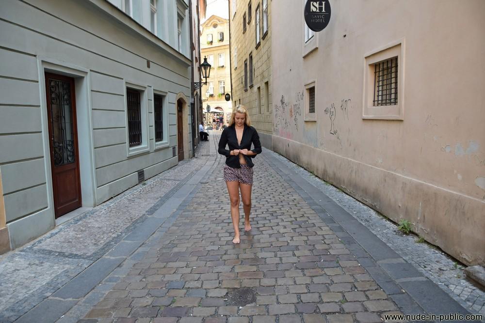 Голая Karolina на городских улицах