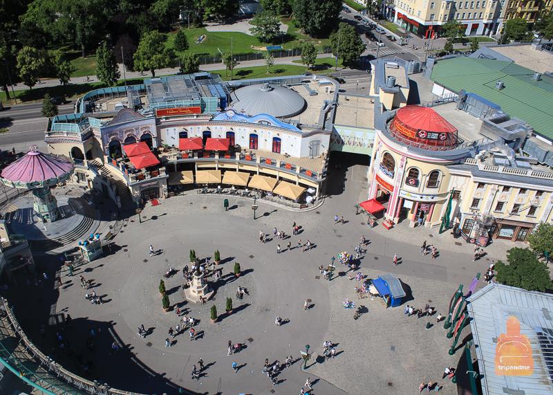 Вход в Народный Пратер находится на площади Ризенрадплац