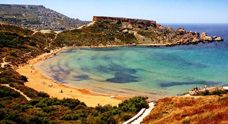 1. Залив Гайн Туффьеха славится своим красным пляжем, девственно чистой атмосферой, мелким песком и