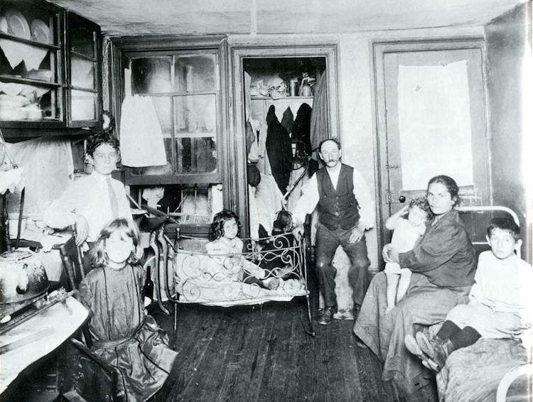 В 1890 году Якоб Риис объединил свои работы в фотокнигу «Как живет другая половина: трущобы Нью-Йорк