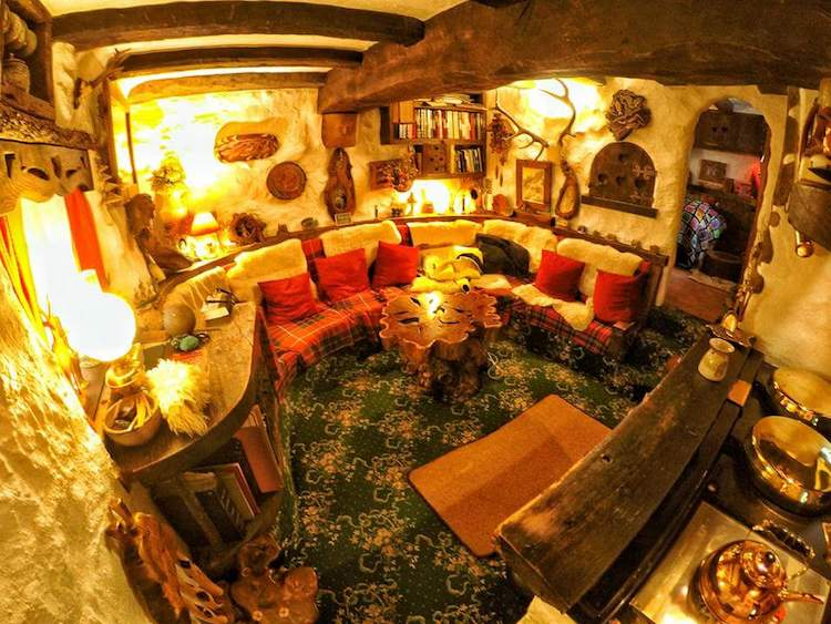 Несмотря на сказочное происхождение, дом вполне пригоден для жизни. К примеру, камин не только обогр