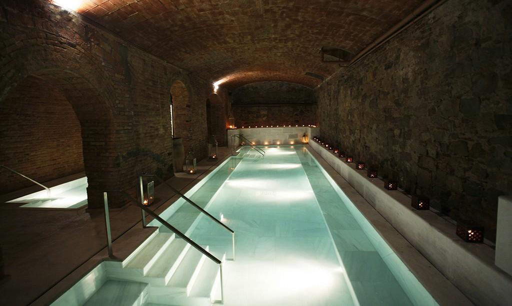 4. Сходить в старинные арабские бани Aire de Barcelona, которые работают до сих пор: окунуться в бас