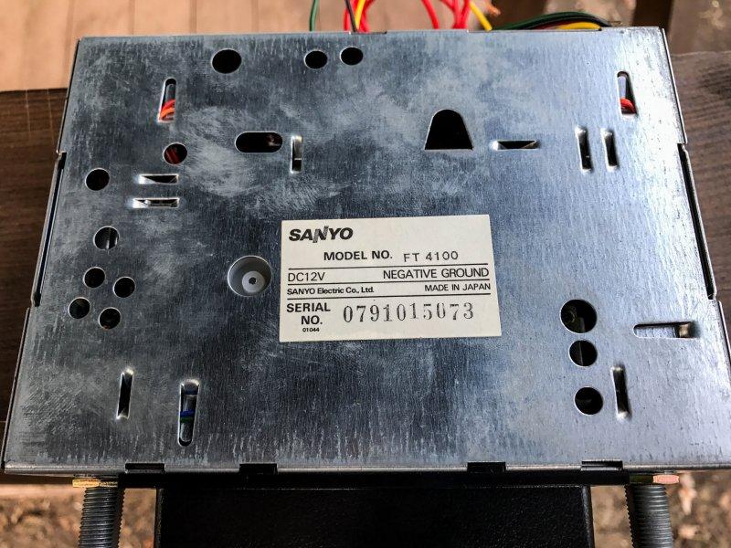 Функционал минимальный: 2 диапазона радио и примитивный проигрыватель кассет