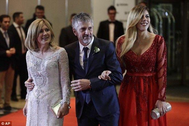 Родители Месси с его сестрой Потому когда мать Месси Селия Куччиттини появилась на торжестве в плать