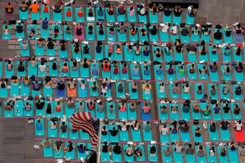 Массовый сеанс йоги на Таймс-сквер в Нью-Йорке