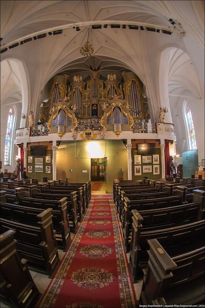 8. А прямо над входом — огромный главный орган.