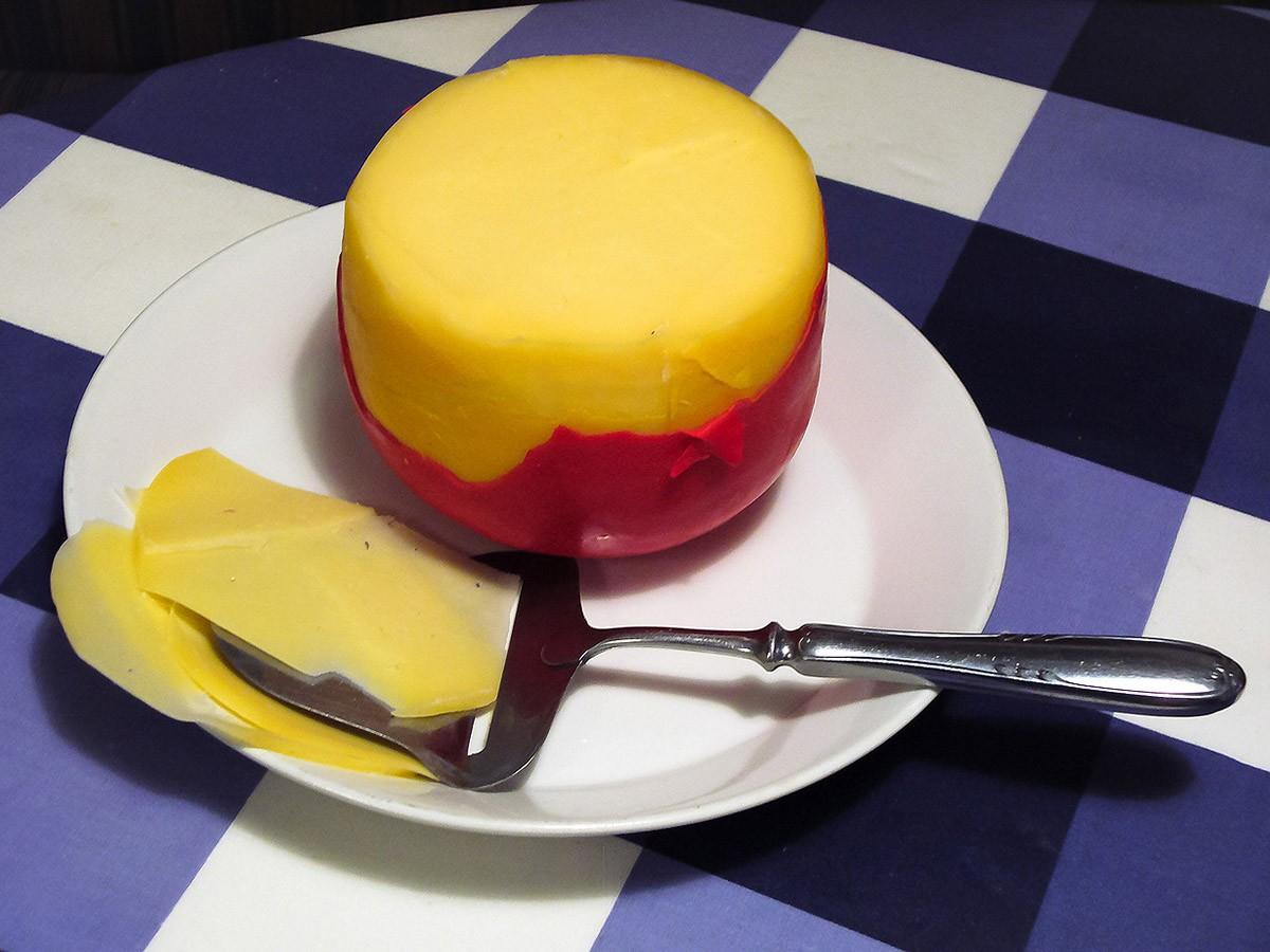 2. Эдам — полутвердый сыр бледно-желтого цвета. Не имеет ярко выраженного вкуса и запаха. Шарообразн