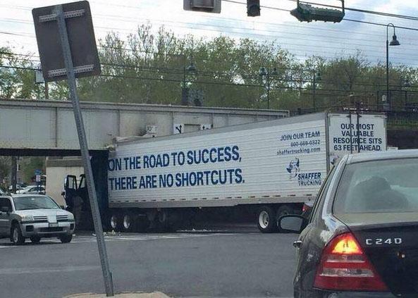 На фуре написано: «На пути к успеху нельзя срезать угол». Но он хотя бы попробовал.