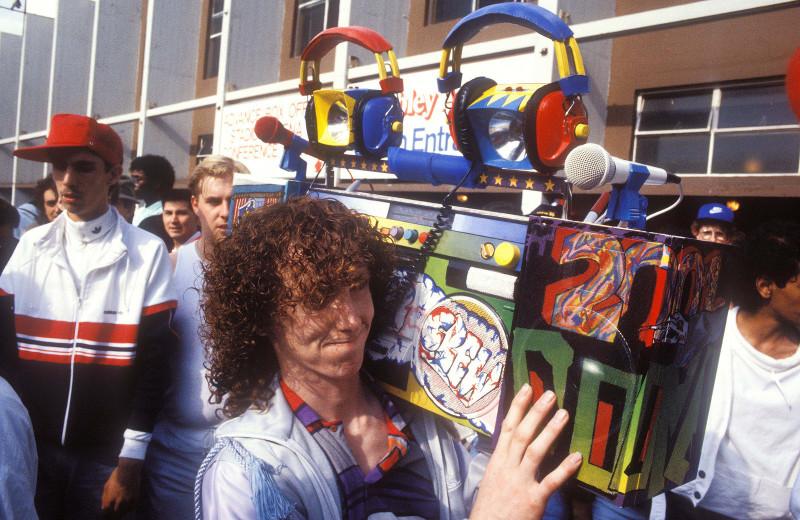 Мужчина демонстрирует свой раскрашенный бумбокс, Лондон, 1986 год.