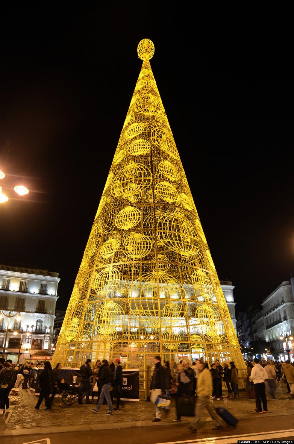 © Gerard Julien  Нашумной ивеселой площади испанской столицы Пуэрта-дель-Соль установлена 35