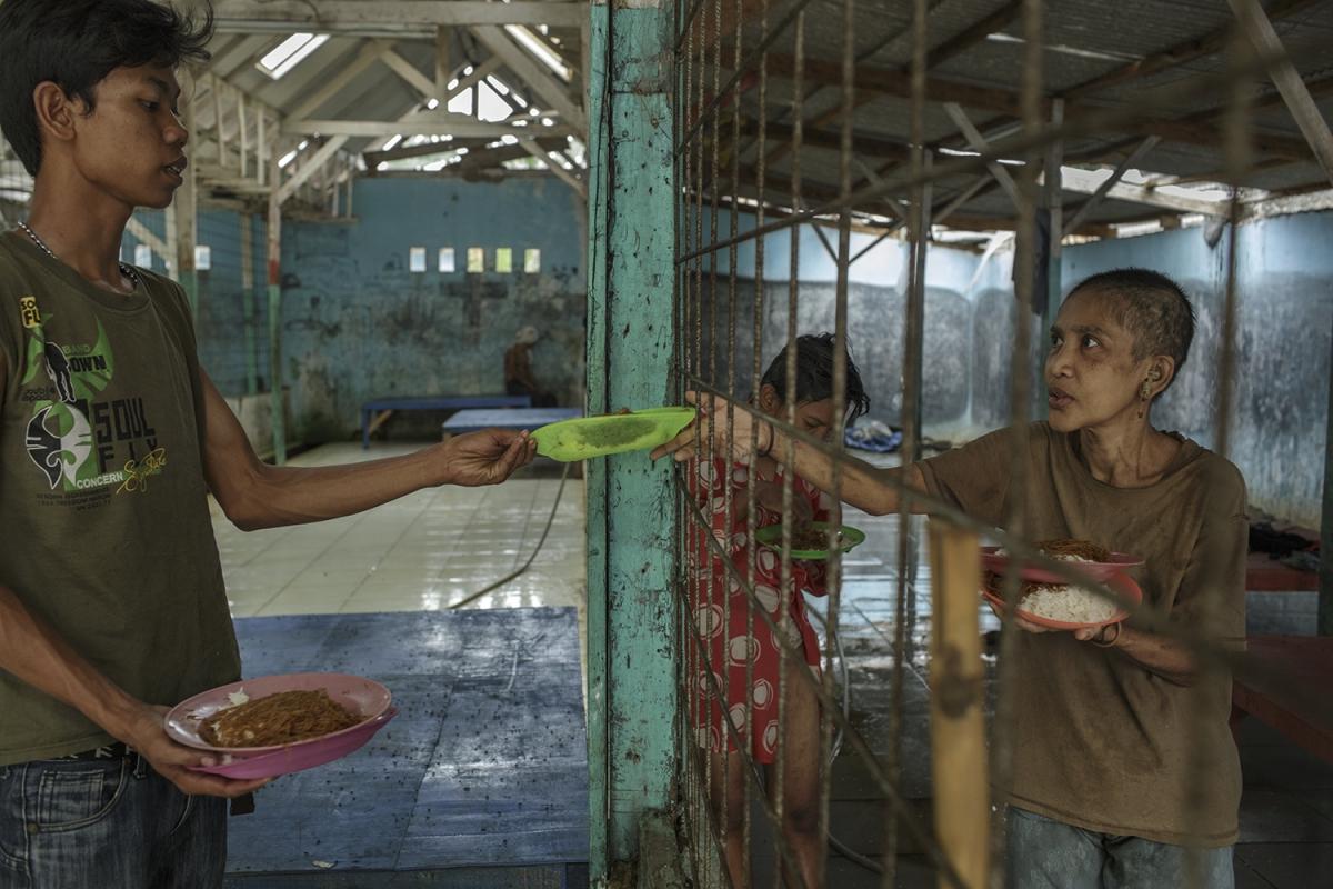Disorder — зрелище не для слабонервных. Вот женщина протягивает за едой истощенную руку между прутья