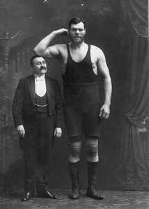 Участник чемпионата Г.Кащеев (справа)