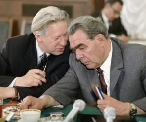 Рядом с Л.И. Брежневым – посол СССР в Лондоне Леонид Замятин, при посредстве которого Никита Лобанов-Ростовский организовал сотрудничество «Де Бирс» с Советским Союзом