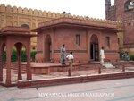 Allama_Iqbals_Tomb_East_&_south_walls_July_1_2005.jpg
