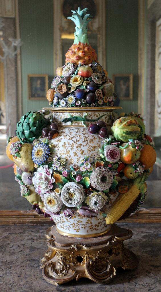 Capodimonte,_vaso_in_poercellana_con_frutta_e_fiori_e_rilievo.JPG
