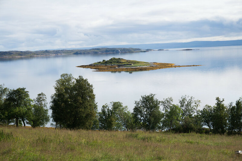 пейзаж с островком во фьорде в норвегии