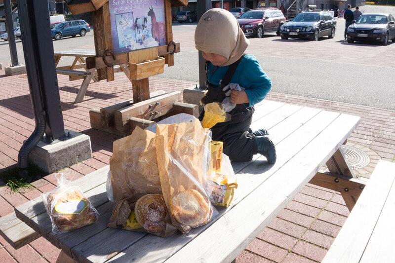 ребенок и пакеты со сладкими булками