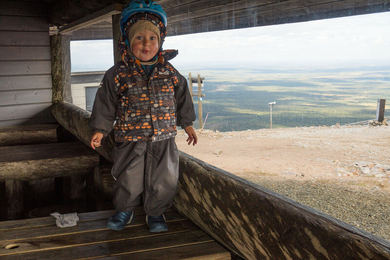 ребенок на веранде кафе на горе Юлляс (Ylläs) летом