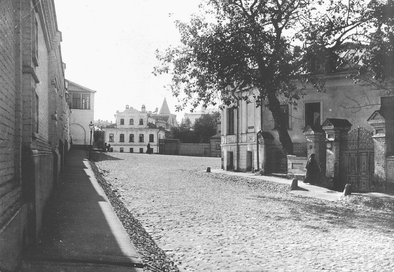 5011 2-й Зачатиевский переулок по направлению к воротам монастыря Э.В. Готье-Дюфайе 13.jpg