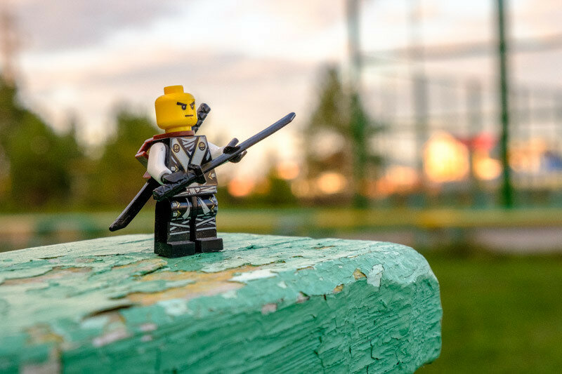 Воин с мечом на фоне заката