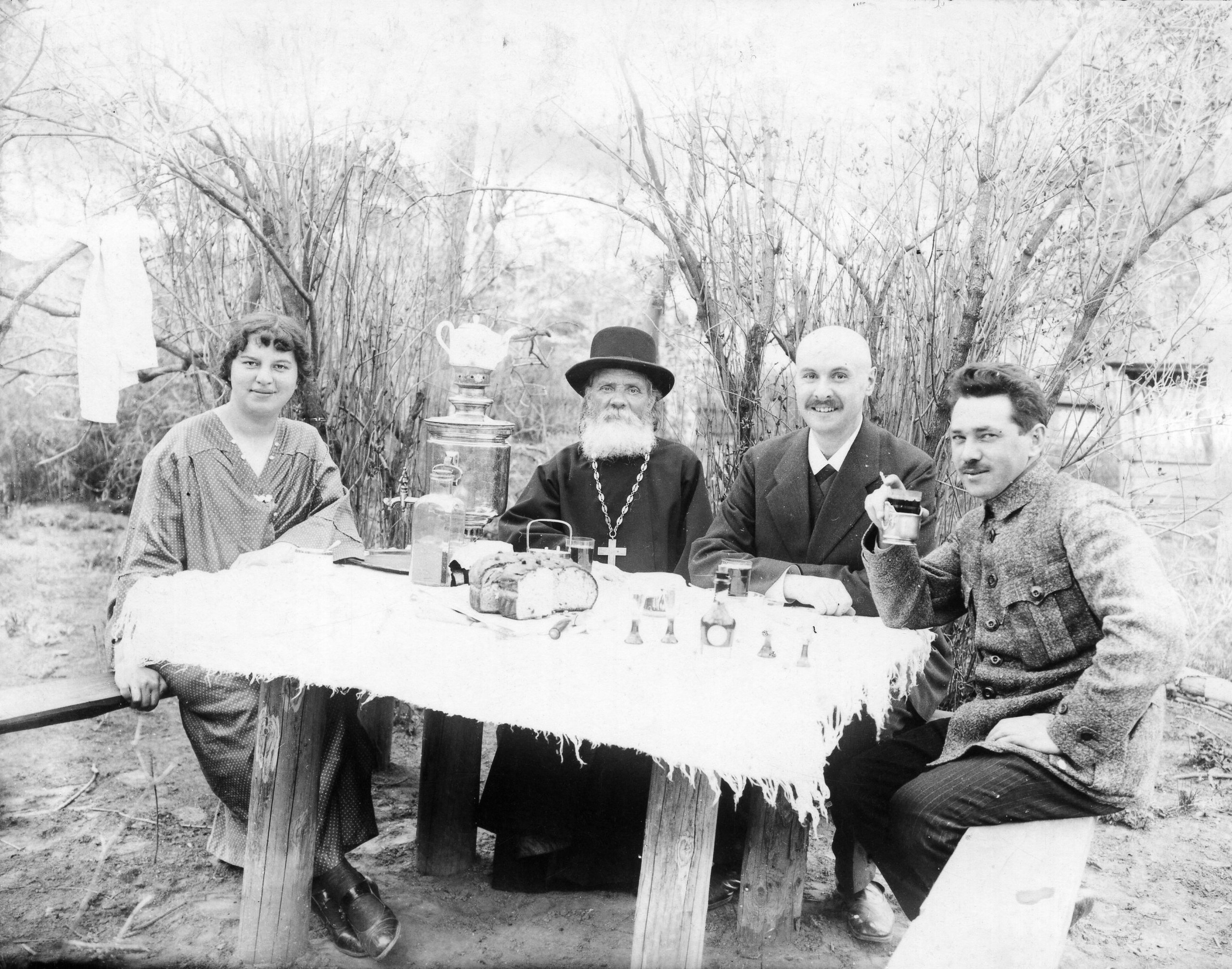 Ольга Фёдоровна, священник Далматов, А. И. Бренинг и К. Далматов во время праздника Пасхи. Свияжск. 1915