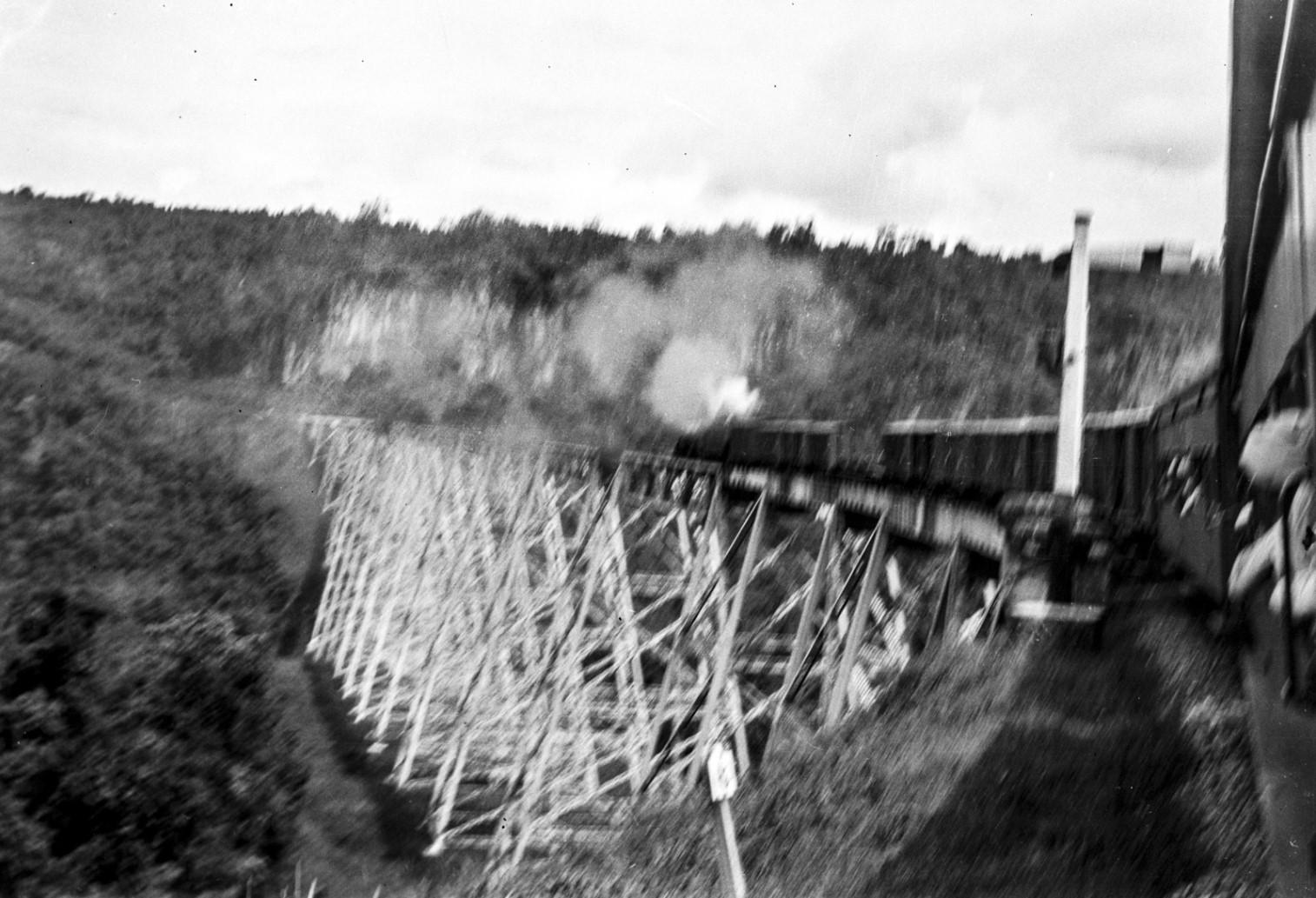 1074. Поезд движется по мосту