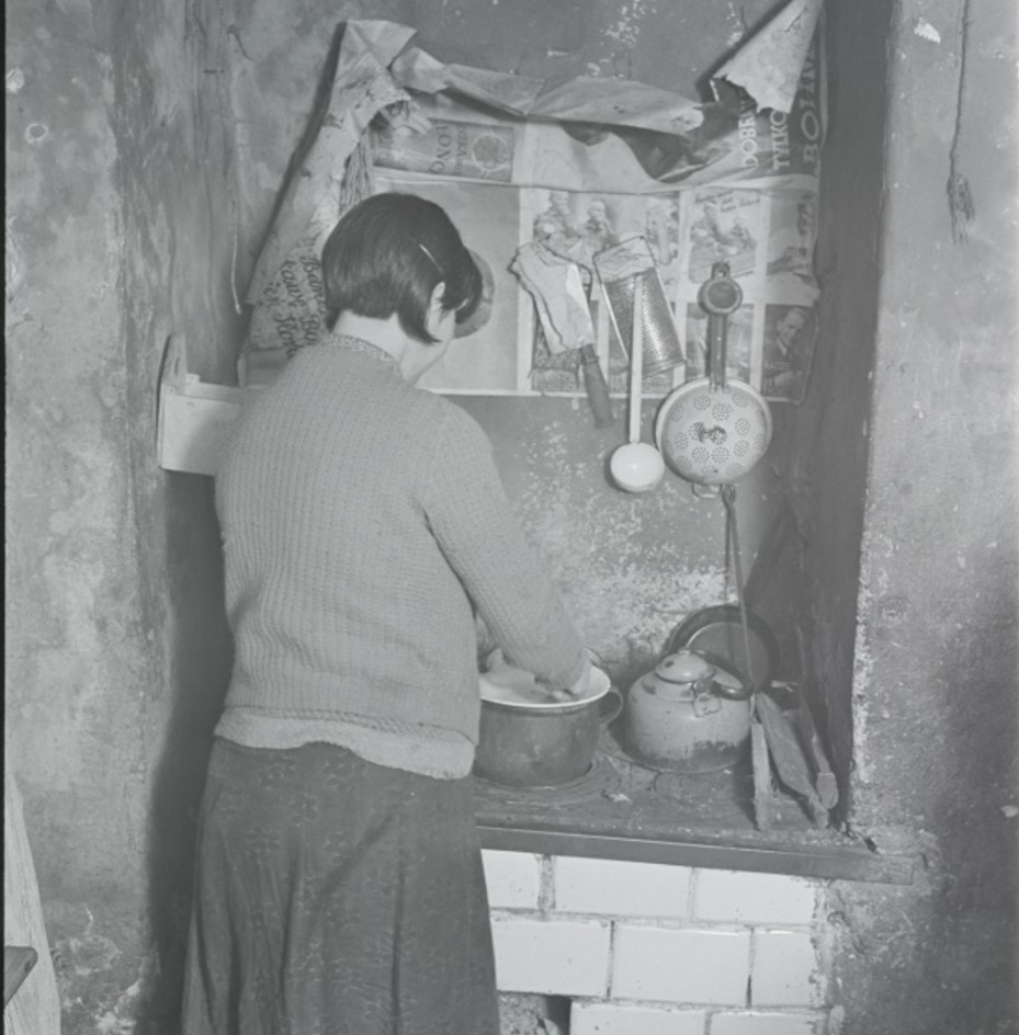 Женщина на кухне подвального жилища