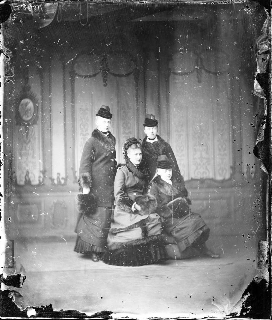Августа Саксен-Мейнингенская со своими дочерьми Елизаветой, Марией Анной и Луизой. 1878