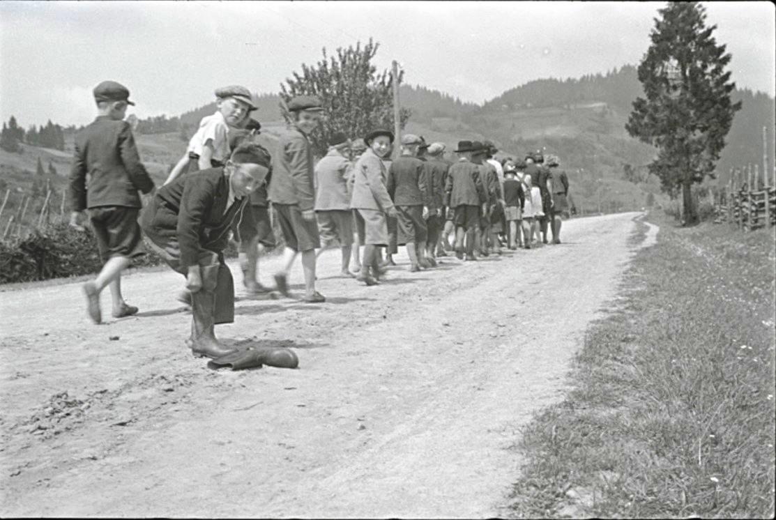 Броды. Учащиеся хедера (еврейская начальная школа) идут в микву