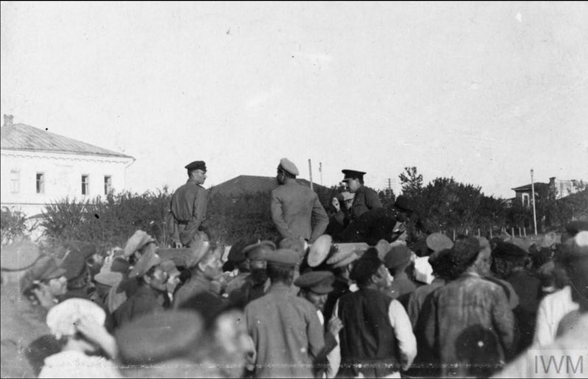 Майор Катберт Харгривз, офицер британской военной миссии, выступает на русском языке перед местными жителями и казаками Донской армии летом 1919