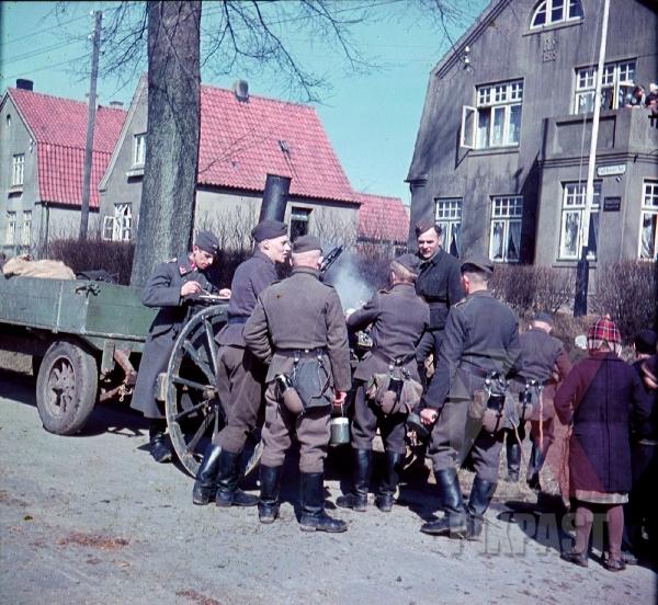 stock-photo-german-luftwaffe-flak-troops-eating-lunch-field-kitchen-norway-winter-1941-7830.jpg
