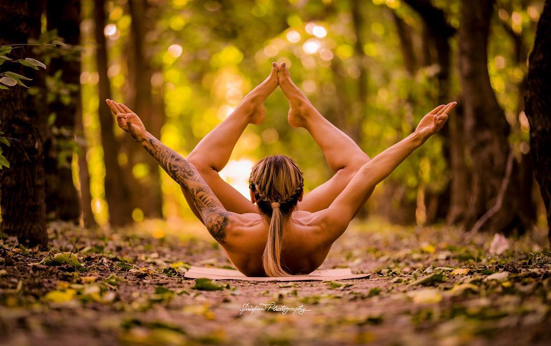 Голая йога набирает популярность в Instagram