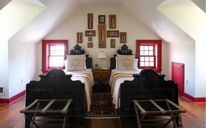 17. Когда к супругам приезжают племянники, они живут в гостевой части дома.