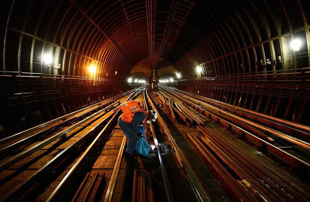 Поезд в тоннеле на железной дороге, соединяющей Женеву и Лозанну, 26 апреля 2012. (Фото Valen