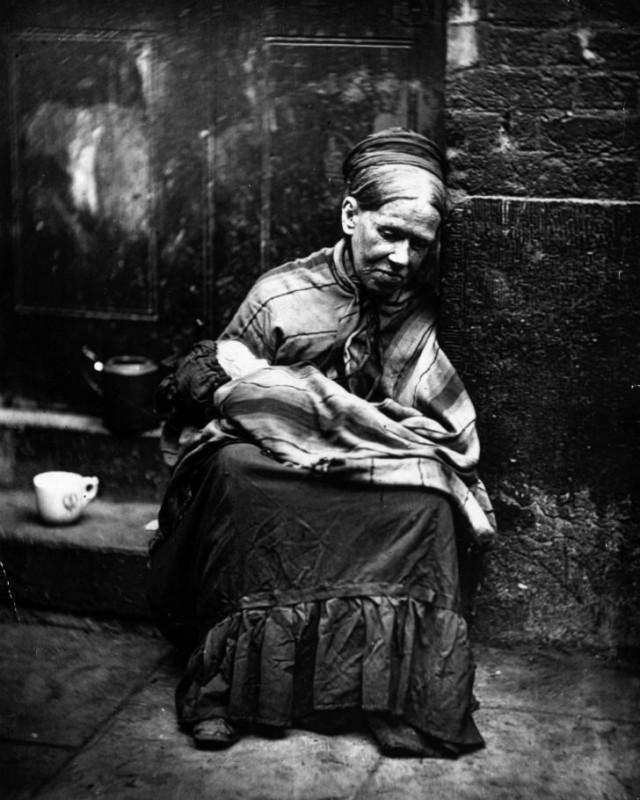 Женщине, просящей милостыню, заплатили, чтобы она последила за ребенком.