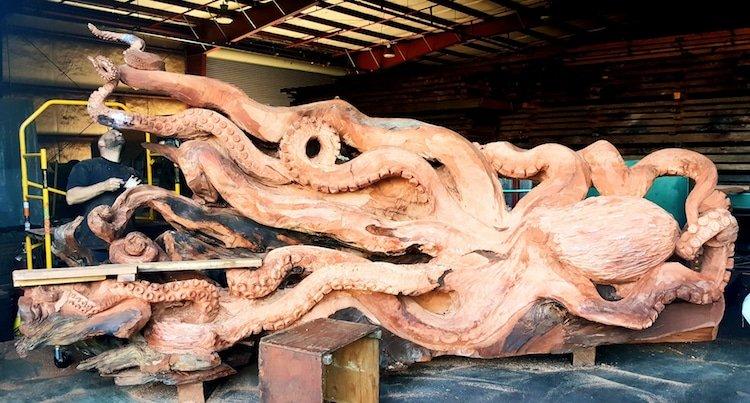 Гигантский осьминог, вырезанный из цельного куска дерева