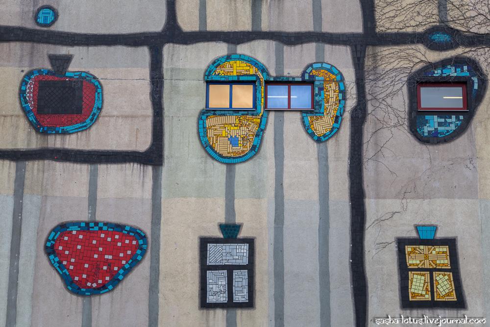 Хундертвассер особенно тщательно выбирал цветовую схему здания и дизайн отдельных элементов. Каждая