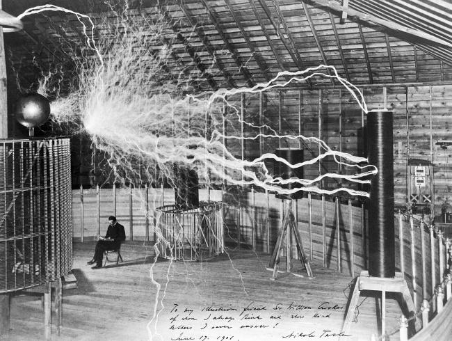 © Dickenson V. Alley/Wikipedia Commons  © Никола Тесла в своей лаборатории в Колорадо-Спрингс.