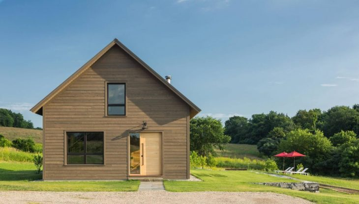 Joan Heaton Architects designed this modern barn situated in Bread Loaf, Vermont, in 2016. Tak