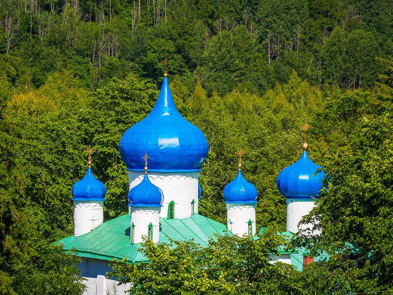 Синие купола принадлежат собору Рождества Христова.
