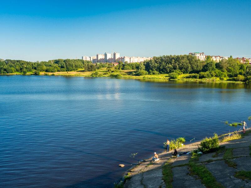 Рыбачки на мосту. Город вплотную подобрался к воде со стороны Зашекснинского.