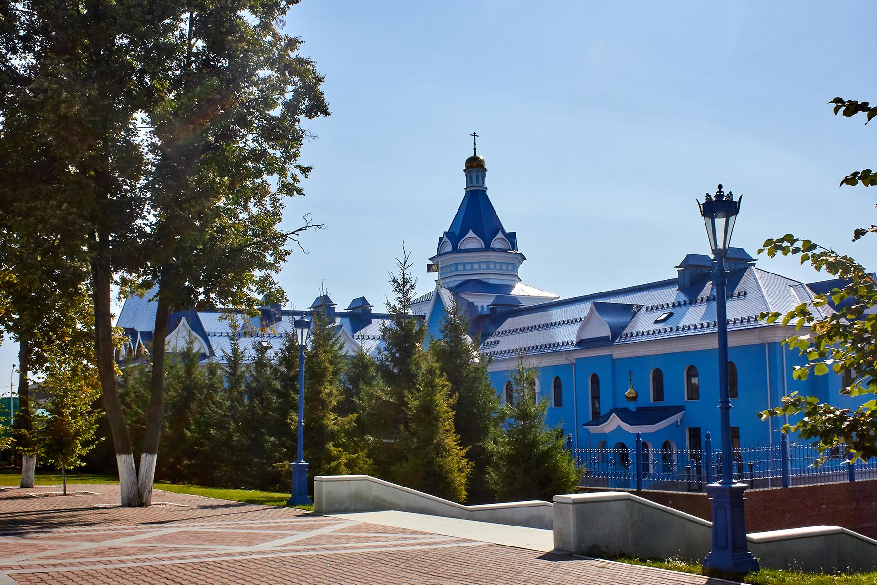 Резные памятники Сосновый Бор Лампадка из лезниковского гранита Климовск