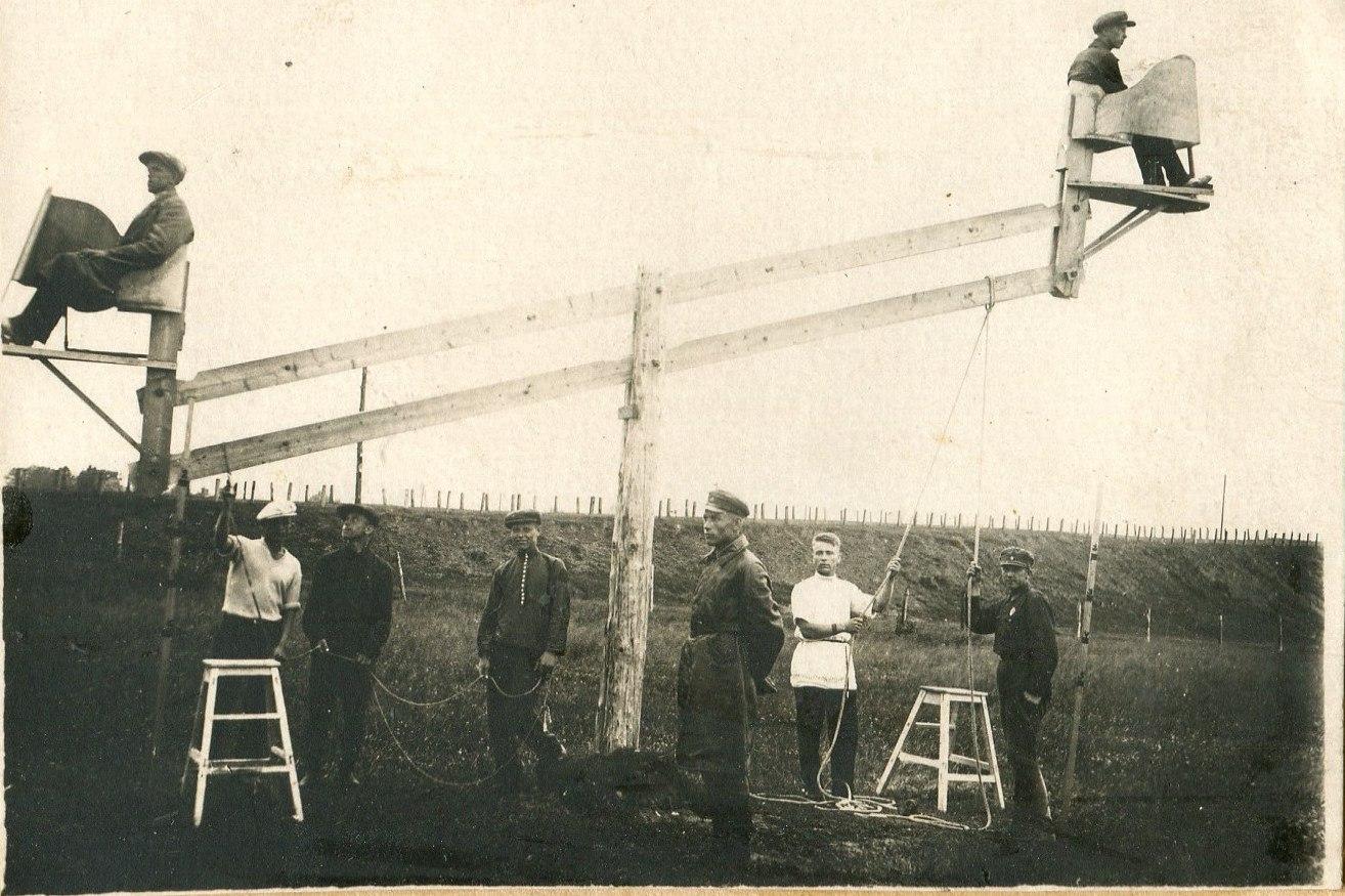 1935. Курсанты занимаются на тренажере