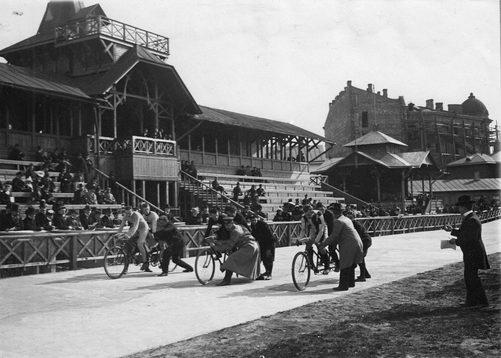 Старт гонщиков на двухместных велосипедах на велодроме