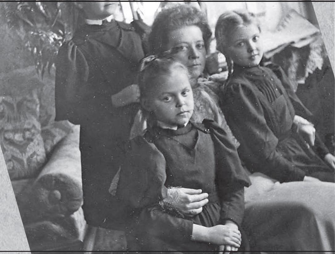 Е.М. Бажанова со своими ученицами